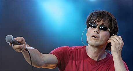Morten Harket hørte ikke seg selv og overlot syngingen til publikum på Live 8 i Berlin. Foto: Scanpix.