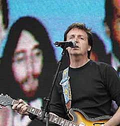 Paul McCartney åpnet Live 8-konserten i London sammen med U2 med Beatles-sangen «Sgt. Peppers Lonely Hearts Club Band». Foto: Scanpix.
