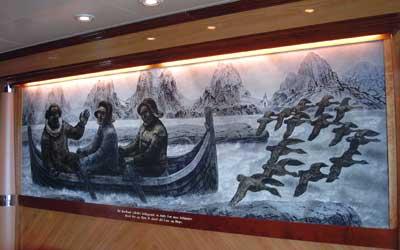 Thi Nordland saaledes beliggende er, Guds Lov maa forkyndes blandt Øer og Skiær, uakted ald Fare og Møye. Hovedbildet i salongen med tekst fra Petter Dass' Nordlands Trompet.