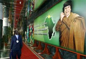 Libyas president Muammar Khadafi er vertskap for de afrikanske ledernes møte, som åpner i dag. (Foto: AFP/Scanpix)