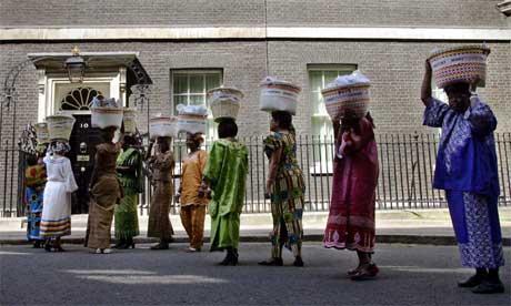 Afrikanske kvinner overleverer underskriftslister mot fattigdom til Downing Street 10. Nå vil afrikanske ledere også eksportere afrikanske landbruksprodukter til Vesten. (Foto: AFP/Scanpix)