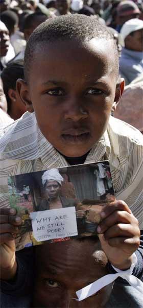 Hvorfor er Afrika fattig, spør denne gutten under Live 8-konserten i Johannesburg. (Foto: Reuters/Scanpix)