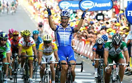 Tom Boonen jubler over seieren, Thor Hushovd (t.h) kjører inn til 2. plass. (Foto: Reuters/Scanpix)