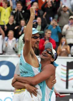 Emanuel Rego (t.v.) og Ricardo Santos fra Brasil jubler etter at de vant finalen i Grand Slam-turneringen i sandvolleyball i Stavanger. (Foto: Alf Ove Hansen / SCANPIX)