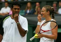 Mahesh Bhupathi og Mary Pierce under mixed double-finalen. (Foto: AFP/Scanpix)
