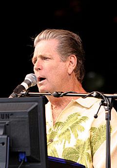 Brian Wilson satt bak skjermer da han sang og spilte på Orange Scene. Foto: Arne Kristian Gansmo, NRK.