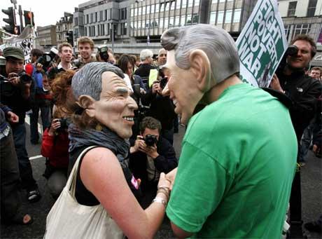 Mens politikerne diskuterer, demonstrerer aksjonister i gatene i Edinburgh. (Foto: Scanpix / Reuters)