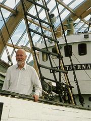 """I 12 år har Olav Orheim stått til rors i Norsk Polarinstitutt. Her er han ombord i den verneverdige selfangstskuta """"Polstjerna"""" fra 1949 som i dag står ved opplevelsessenteret Polaria. Foto: Haakon D Blaauw"""