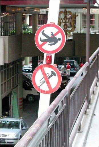Forbudt å falle over rekkverket. Det er også forbudt å spille trompet mens du faller. (Kilde: www.swanksigns.org)