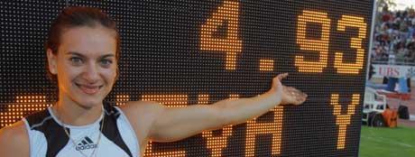 Jelena Isinbajeva var strålende fornøyd med sin nye verdensrekord (Foto: Scanpix/AP Photo)