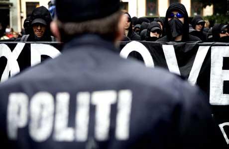 Over 2000 politimenn holder øye med demonstrantene (Scanpix/AP)