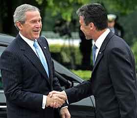 Statsminister Fogh Rasmussen tar imot president Bush til fødselsdagsfrokost. (Foto: J.N. Larsen, Nordfoto)