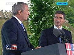 George W. Bush og Anders Fogh Rasmussen på deres felles pressekonferanse foran Marienborg. (Foto: Danmarks Radio)