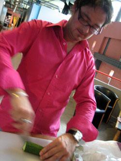 Kokk Omar Viset demonstrerer gaspacho.