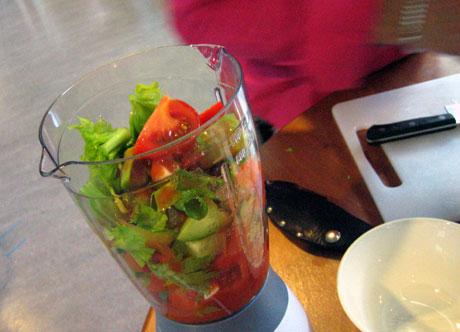 Kutt grønnsakene i grove biter. Alle foto: Elizabeth Higson, NRK.