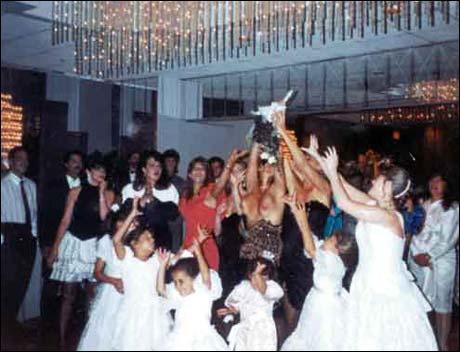 Hvis du blir invitert i bryllup: Husk å feste sommerkjolen ordentlig før du prøver å fange brudebuketten.