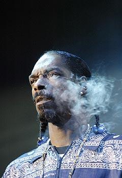 Gangsterrapperen Snoop Dogg tok en røykepause under konserten sin på Quartfestivalen i Kristiansand sent onsdag kveld. Rapperen hevder det var marihuana han røykte.Foto: Alf Ove Hansen, Scanpix.