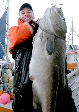 Den svenske sportsfiskeren Ragnar Lagergren med en 21 kilos torsk tatt ved Sørvær i Finnmark. Foto: Nordic Sea Angling.