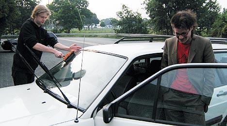 Nils (til høyre) var vår store redning! Peter var sjåfør nummer to. Foto: Schtimm.