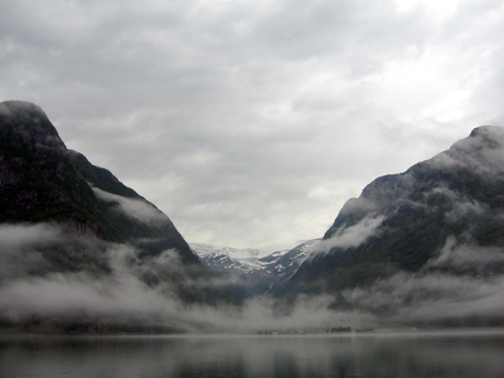 Elevar frå Sagavoll folkehøgskule er innesperra ved Buarbreen i Odda kommune. Foto: Arne Midtbø, Odda.