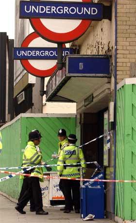 Politimenn utenfor Aldgate East T-banestasjon i London. (Foto: AP/Scanpix)