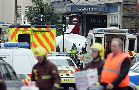 Kaos utenfor Aldgate T-banestasjon etter eksplosjonen. Foto: Reuters/Scanpix
