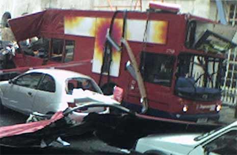 Slik så det ut på Tavistock Square sentralt i London etter en eksplosjon i en buss. (Foto: AP/Scanpix)
