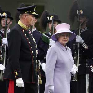 Kong Harald og dronning Elizabeth II i Oslo for fire år siden. (Foto: Scanpix / Erlend Aas)