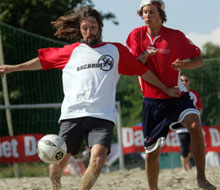 DUELL: Erik «Myggen» Mykland i duell med Lars Eide. Foto: Scanpix