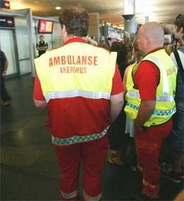 Ambulansepersonell som var møtt opp på Gardermoen torsdag ettermiddag i tilfelle noen reisende fra London ville ta kontakt etter å ha opplevd terroraksjonen i London. (Foto: Morten Holm / Scanpix)