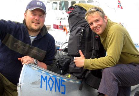 Tommy Dale (t.v) og Raymond Lyngøy døpte kanoen sin etter Lars Monsen. (Alle foto: Joar Elgåen/NRK)