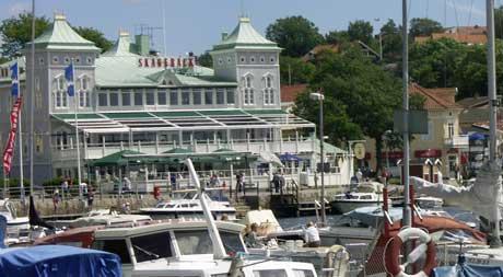 Titusener av norske og svenske småbåter besøker hver sommer gjestehavnene på vestkysten av Sverige. Strömstad gjestehavn er en av de mest populære havnene på sommeren. Foto: Rainer Prang, NRK