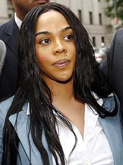 Lil' Kim (Kimberly Jones) på vei inn i retten på Manhattan i New York. Foto: Louis Lanzano, AP Photo / Scanpix.