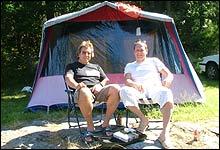 Her blir vi! Hallgeir og Arnfinn Gisleberg har slått opp samme teltet på Roligheden Camping for 22 året på rad.