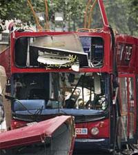 13 omkom da denne bussen ble sprengt i luften torsdag. Foto: Scanpix