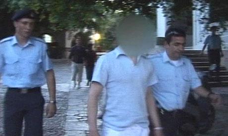 21-åringen på Malvik på veg mot fengselet på Kos. (Foto: Dagsrevyen)