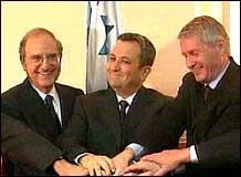 Kommisjonens medlemmer. F.v: George Mitchell - kommisjonens leder, Ehud Barak og Thorbjørn Jagland. (Foto: NRK)