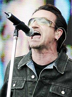 Bono og U2, her på scenen i Hyde Park under sommerens Live 8, blir hyllet av Amnesty. Foto: Lefteris Pitarakis, AP Photo / Scanpix.