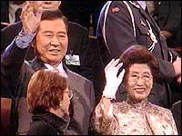 Kim Dae Jung mottok stående applaus fra publikum i Oslo Spektrum