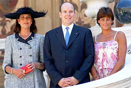 ELDSTE: Foruten avdøde fyrst Rainers søster Antoinette, som var med på seremonien, er nå Caroline, Albert og Stephanie den styrende generasjonen i Grimaldi-familien. Foto: AP/Scanpix.
