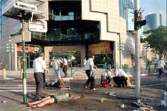Redningsmannskaper hjelper skadde etter selvmordsbomben i Netanya (Foto: Scanpix/AFP/K. Bargic)
