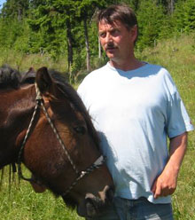 Aasen er i dag tilbake på hesteryggen. - En kan ikke skylde på hesten ved ulykker, sier Aasen.(Foto:NRK)