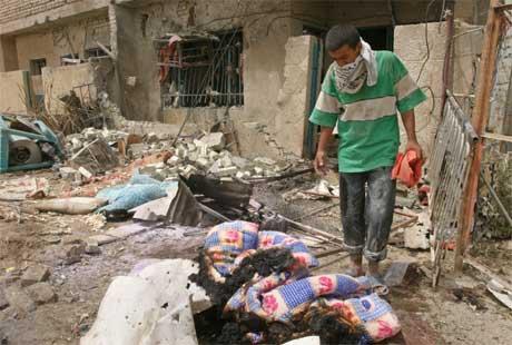 En fortvilet mann leter gjennom ruinene etter selvmordsaksjonen i Bagdad i dag, der 24 barn ble drept. (Foto: Reuters)