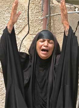 En fortvilet kvinne roper ut i vrede etter selvmordsaksjonen i Bagdad der 24 barne ble drept. (Reuters/Scanpix-foto)