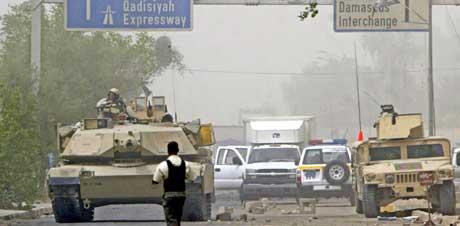En amerikansk tanks sperrer av området der selvmordsbombene gikk av. (Foto: AFP/Scanpix)