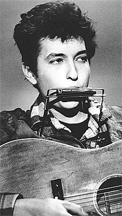 Bob Dylan tok også tirsdag fram sitt munnspill, slik som på dette bildet fra 1963. Foto: AP.