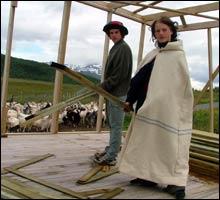 Dugnadsarbeid: Nils Joakim Døvrebakken og Sjur Olsen tilhører den nye genrasjonen blomsterbarn og musikersjeler. Her bygges festivalscenen, til en geiteflokks store forundring. (Foto: Merete Glorvigen)
