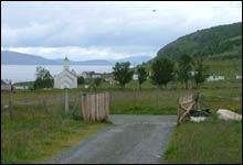 Porten til Hippie-paradis: Hippie-ånden lever ennå i det lille øysamfunnet selv om innbyggertallet er nede på 30. (Foto: Merete Glorvigen)