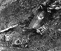 Hjelpemannskaper og politi i ferd med å fjerne de omkomne fra ulykkesstedet i Brønnøysund, der en Dash 7 fra Widerøe styrtet i mai 1988. Foto: Eystein Hanssen / Scanpix