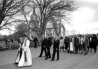 Minnestund etter flyuluykken i Brønnøysund. Biskop Grønningsæter i spissen for familie, slekt og venner av de omkomne. Foto: Eystein Hanssen, SCANPIX